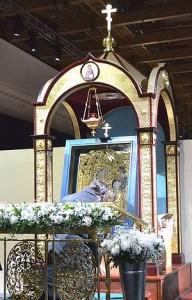 Тихвинская икона, выставленная на поколонение верущим на выставке